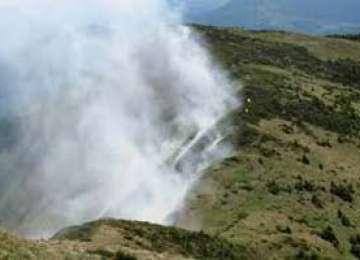 3,5 hectare de păşune mistuite de flăcări, în Vârfu Pleşca, lângă Izvoare