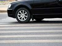 A lovit o tânără pe trecerea pentru pietoni și a părăsit locul accidentului