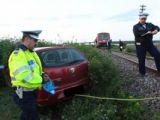 ACCIDENT: A oprit autoturismul prea aproape de calea ferată şi a fost acroşat de tren