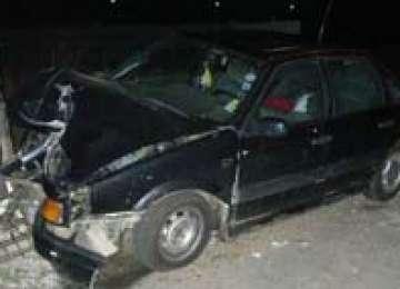 ACCIDENT: Băut fiind, nu a adaptat viteza şi a întrat într-un gard