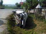 ACCIDENT: Beat la volan, s-a răsturnat cu maşina în şanţ