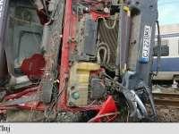 ACCIDENT FEROVIAR – Un tren de călători a lovit în plin o autobasculantă