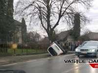 ACCIDENT GRAV în LĂPUȘEL (DN1C) - O autoutilitară s-a răsturnat în șanțul de pe marginea drumului