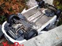 ACCIDENT GRAV PE GUTINUL - Trei persoane rănite după ce o mașină s-a răsturnat într-o prăpastie