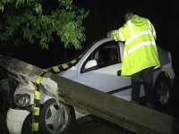 ACCIDENT: Nu a adaptat viteza şi a intrat într-un stâlp