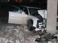 ACCIDENT: O conducătoare auto a fost transportată la spital după ce s-a înfipt cu mașina într-un stâlp