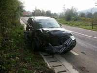 ACCIDENT PE DN 18: Un şofer grăbit a intrat cu maşina într-un gard