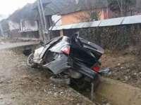 ACCIDENT PE DN18: A pierdut controlul volanului și s-a izbit de un podeț (FOTO)