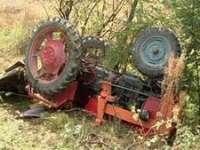 ACCIDENT - Persoană prinsă sub un tractor răsturnat la Nănești