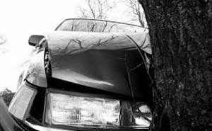 ACCIDENT: S-a urcat băut la volan şi a intrat cu maşina într-un copac