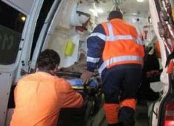 ACCIDENT: Tânăr de 22 de ani transportat la spital după ce a fost lovit de o maşină