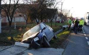 ACCIDENT: Un bărbat a adormit la volan şi a intrat cu maşina într-un podeţ