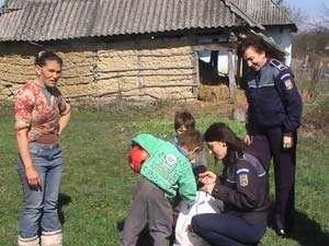 Acţiune umanitară - Cadouri oferite de poliţişti familiilor nevoiaşe