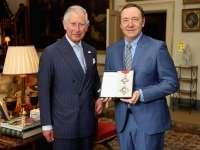 Actorul Kevin Spacey a fost decorat de Prințul Charles cu rangul de Cavaler de onoare