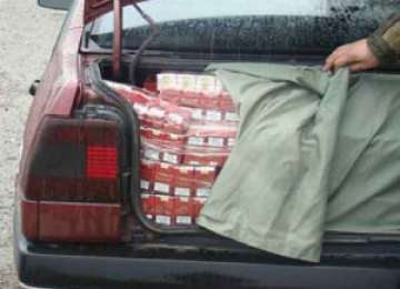 Amendă de 5.000 lei şi maşina reţinută pentru un şofer prins cu 200 pachete de ţigări din Ucraina la Biroul Vamal Sighet