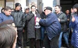 Aproximativ 100 de săpânțeni au protestat azi, cerând angajaților Primăriei să plece din Instituție