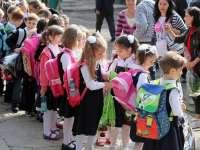 Aproximativ 2,3 milioane de elevi și copii de grădiniță încep luni cursurile anului școlar 2017-2018