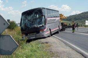 Şapte persoane au fost rănite după ce un autocar a fost izbit de un camion