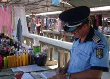 Articole de îmbrăcăminte şi produse din alcool, confiscate de poliţiştii maramureşeni