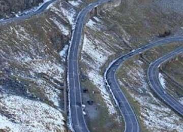 Şase autoturisme au rămas blocate pe Transfăgărăşan din cauza zăpezii
