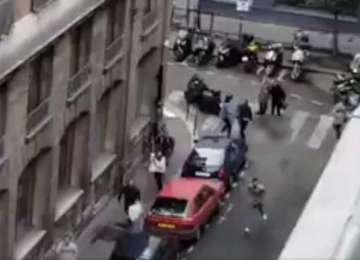 Atac terorist la Paris, soldat cu 2 morţi şi 4 răniţi. Un individ a înjunghiat cu un cuţit trecătorii