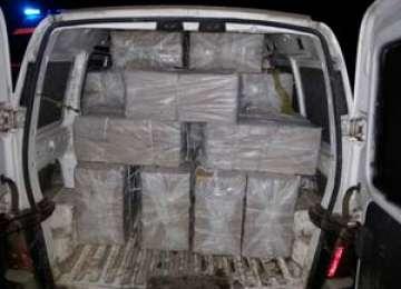 Autoturism ce transporta aproximativ 10.000 pachete cu ţigări de contrabandă depistat în trafic la Vișeu de Jos
