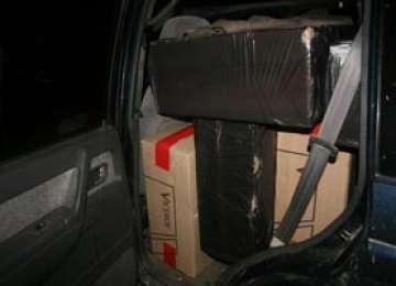 Autoturism plin cu ţigări de contrabandă reţinut după o urmărire de 6 km