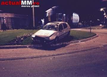 BAIA MARE: ACCIDENT – Un șofer a lovit un scuar și a fost aruncat într-un sens giratoriu