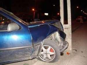 BAIA MARE: Băut la volan şi fără permis, a fugit de poliţie, a avariat două maşini şi s-a oprit într-un stâlp