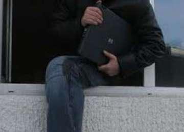 BAIA MARE: Hoţ identificat de poliţişti după ce a sustras trei laptopuri dintr-un apartament