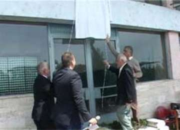 BAIA MARE: Placă comemorativă dezvelită pe faţada Gării CFR în memoria evreilor deportaţi la Auschwitz