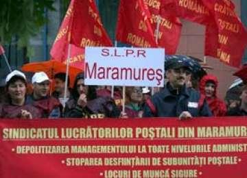 BAIA MARE: Poştaşii maramureşeni au protestat în faţa Oficiului Judeţean de Poştă