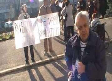 BAIA MARE: Proteste în scaune cu rotile în faţa Prefecturii