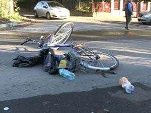 BAIA MARE: Un biciclist a fost accidentat usor de un autoturism in timp ce ocolea o gura de canal