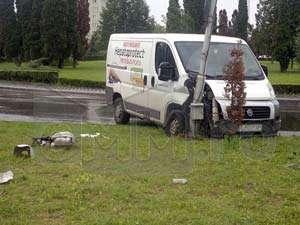 """Baia Mare: Un șofer care vorbea la telefon s-a lipit de un stâlp de iluminat din zona """"Buclă"""""""