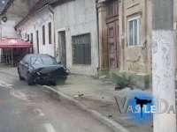 FOTO: BAIA SPRIE - După ce a rupt cu mașina câteva indicatoare și s-a oprit în zidul unei case, a dat jos numerele de înmatriculare și a dispărut