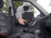 Băimărean prins în flagrant de poliţişti in timp ce fura un laptop dintr-un autoturism