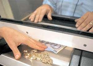 Băimăreni prinşi în flagrant în timp ce încercau să amaneteze bijuterii furate