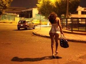 Bărbat ademenit de o tânără pentru a întreține relații sexuale în spatele unui bloc, jefuit de doi tineri