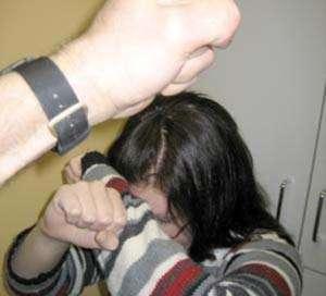 Bărbat din Mogoşeşti amendat pentru că şi-a bătut şi alungat de acasă soţia şi fiica