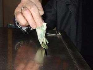 Bărbat reţinut pentru 24 de ore după ce a furat banii din cutia milei