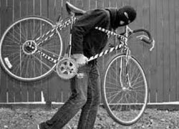 Bărbat surprins de poliţişti în timp ce fura o bicicletă din scara unui bloc