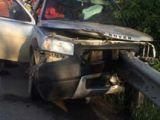Bărbat transportat la spital după ce a intrat cu mașina într-un parapet