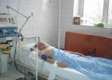 Bărbatul care a căzut din brad de la o înălţime de peste zece metri se află în comă profundă la Spitalul Judeţean Baia Mare