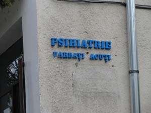 Bărbatul care şi-a lovit iubita cu toporul a fost internat la Psihiatrie în Sighetu Marmaţiei. Tânăra va fi operată