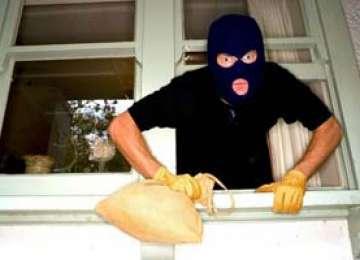 BÂRSANA: Un bărbat a jefuit casa vărului său