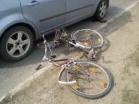 Biciclist accidentat în timp ce a efectuat un viraj la stânga fără să se asigure