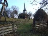 Biserica veche de lemn din Şieu, aflată pe lista monumentelor istorice, reabilitată de localnici