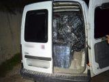 BISTRA - Un șofer a abandonat mașina plină de țigări de contrabandă și a încercat să fugă de polițiștii de frontieră