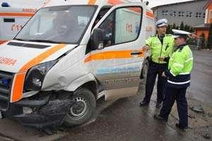 BISTRIȚA: Ambulanță avariată în sensul giratoriu de un șofer care nu a acordat prioritate de trecere